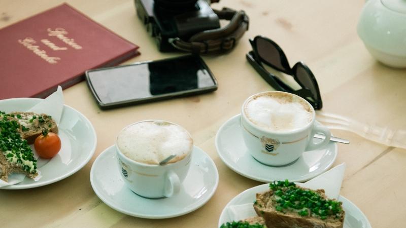 Frühstück, Handy, Kamera – die Ausstattung für die Vienna Foodie Quest